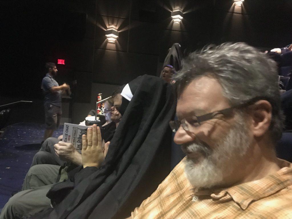 Dans la salle de cinéma avec une religieuse